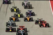 Pilot stáje Mercedes Valtteri Bottas v čele závodu Velké ceny USA krátce po startu.