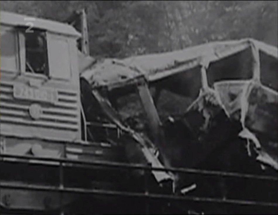 Lokomotiva nákladního vlaku po čelním střetu