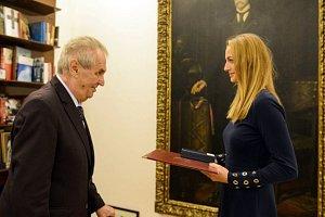 Miloš Zeman předal Petře Kvitové medaili za zásluhy.