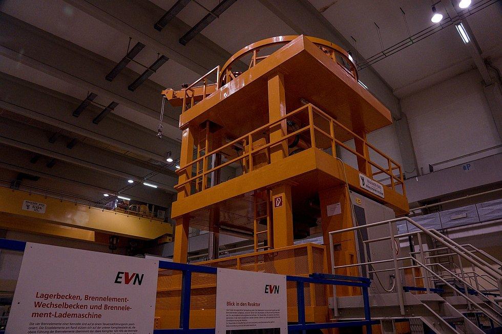 Věž a zavážecí stroj v prostoru reaktoru. Rakouská jaderná elektrárna Zwentendorf.