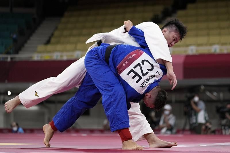 Český judista Lukáš Krpálek (v modrém) s Hisajošim Harasawou z Japonska v semifinále OH v Tokiu.