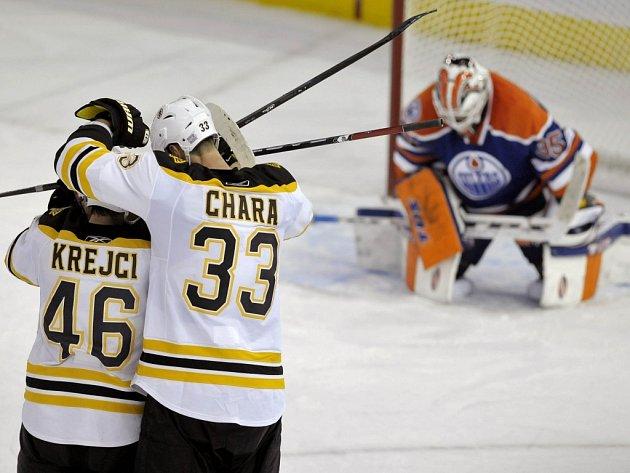 Hokejisté Bostonu David Krejčí (vlevo) a Zdeno Chára se radují z gólu proti Edmontonu.