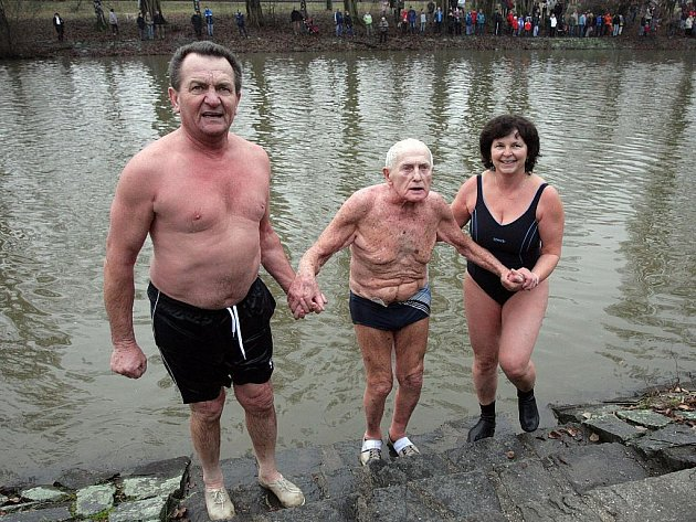 Tradiční novoroční plavání otužilců ve Svratce za tradiční účasti 96-ti letého Ladislava Nicka z Olomouce.
