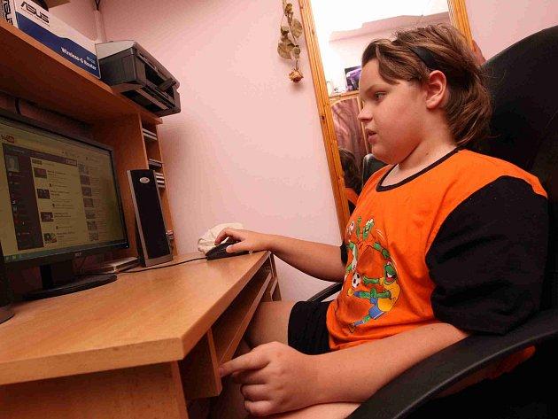 Dvanáctiletý Martin Zelinka je na vozíku, trpí svalovou dystrofií. Plošina by mu usnadnila pohyb, pomoci mu má Kinematograf bratří Čadíků a jeho návštěvníci.
