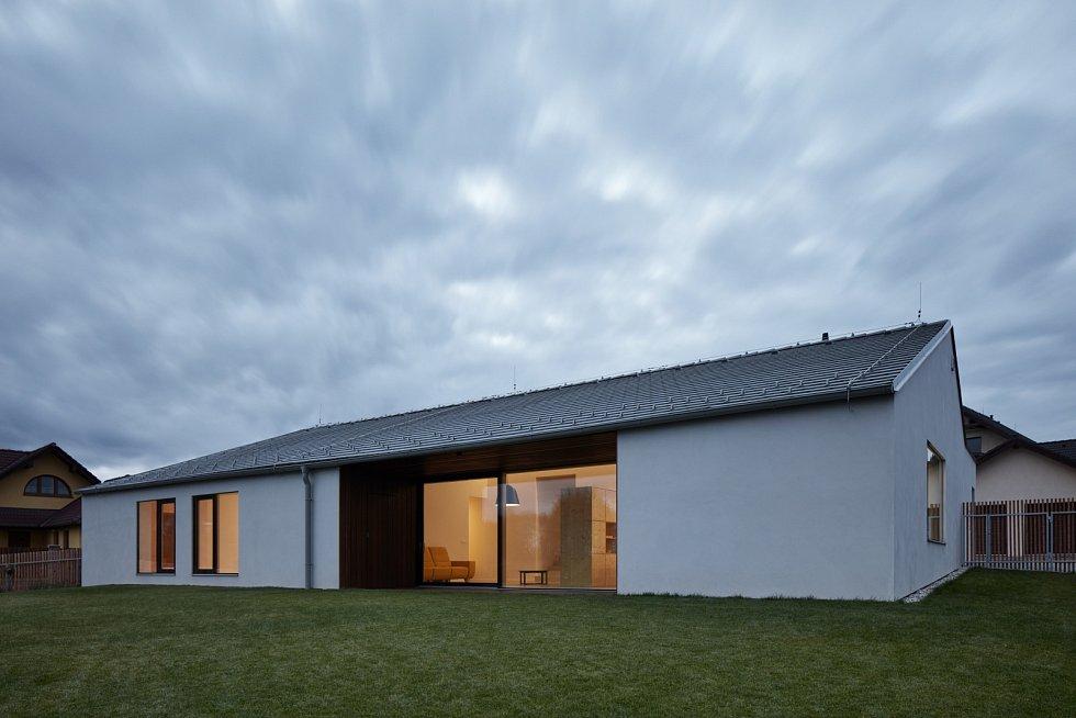 Mezi projekty Atelieru 111 architekti, které si získaly zaslouženou pozornost veřejnosti i odborníků, v tomto případě Národní cenu za architekturu roku 2019, patří moderní dům v jihočeských Litvínovicích.