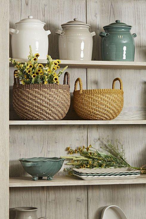 Citlivě zacházejte s dekorativními předměty, méně folklorních obrázků a keramiky znamená více.