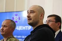 Novinář Arkadij Babčenko na tiskové konferenci. Vedle něj Vasyl Hrycak, šéf SBU.