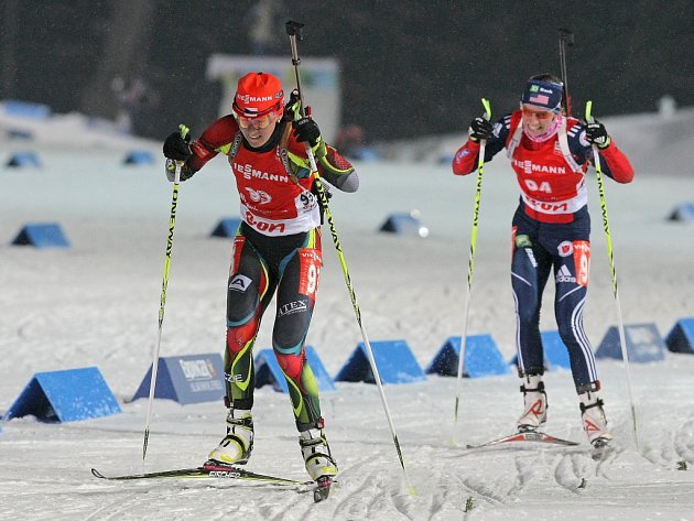 Biatlonistka Veronika Vítková (vlevo) ve vytrvalostním závodě MS.