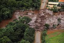 V brazilském dole se protrhla přehrada s hlušinou