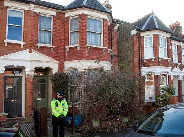 Policie hlídkuje před domem Eileen Burgoyneové.