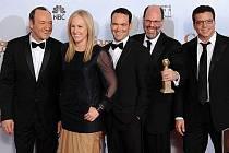 "Producenti filmu ""The Social Network,"" Kevin Spacey, Cean Chaffin, Dana Brunetti, Scott Rudin and Michael De Luca s cenou za nejlepší film."