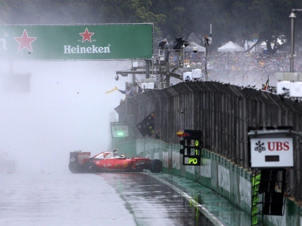 Kimi Räikkönen měl ve Velké ceně Brazílie nehodu.