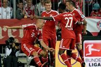 Arjen Robben z Bayernu Mnichov (vlevo) se oslavuje se spoluhráči z gólu proti Mönchengladbachu.