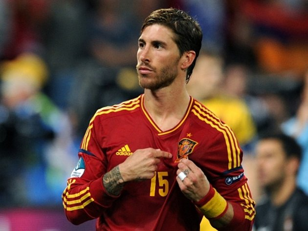 Sergio Ramos ze Španělska se raduje z gólu.