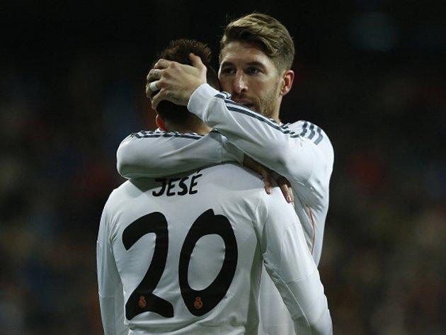 Opora Realu Madrid Sergio Ramos (vpravo) chvílí mladíka Jesého Rodrígueze za gól proti Espaňolu.