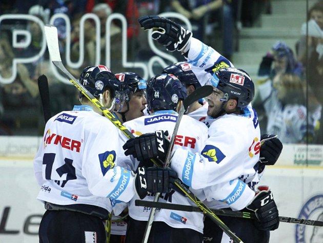 Hokejisté Liberce se radují z gólu proti Hradci Králové.