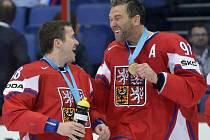 čeští hokejisté Jakub Petružálek (vlevo) a Petr Nedvěd se radují z bronzových medailí na mistrovství světa.