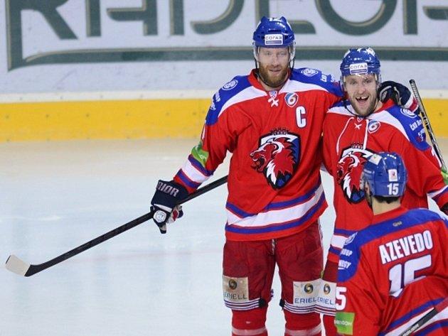 Jiří Novotný ze Lva Praha (vlevo) se raduje se spoluhráči ze svého gólu.