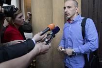 Místopředseda ODS a ministr průmyslu a obchodu Martin Kuba hovoří s novináři před pražským Úřadem vlády, kde se sešlo grémium ODS.