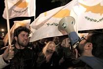 Protestující před kyperským parlamentem