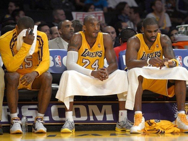 Basketbalisté LA Lakers (zleva) Metta World Peace, Kobe Bryant a Antawn Jamison jsou zklamaní ze své hry.