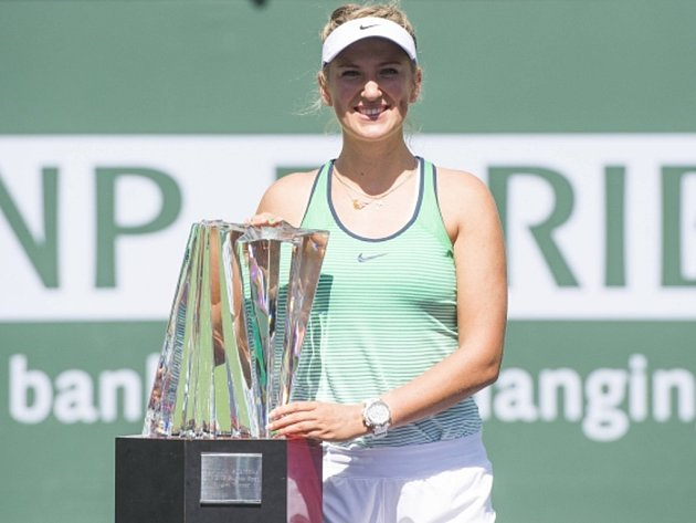Viktoria Azarenková s trofejí pro vítězku turnaje v Indian Wells.