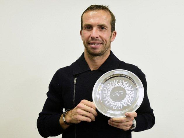 Radek Štěpánek s trofejí pro finalistu čtyřhry na Australian Open.