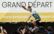 Slovenský cyklista Peter Sagan zdraví diváky před startem Tour de France