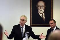 Návštěvou krajského úřadu v Praze začala 18. dubna cesta prezidenta Miloše Zemana (vlevo) po Středočeském kraji.
