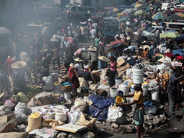 Na Haiti se po ničivém zemětřesení pomalu vrací život, snímek je z tržiště v Port-au-Prince. Ve čtvrtek byla z trosek i po patnácti dnech od neštěstí vyproštěna živá dívka. Dětský fond OSN (UNICEF) zahájil registraci sirotků a pokusí se jim najít domov.