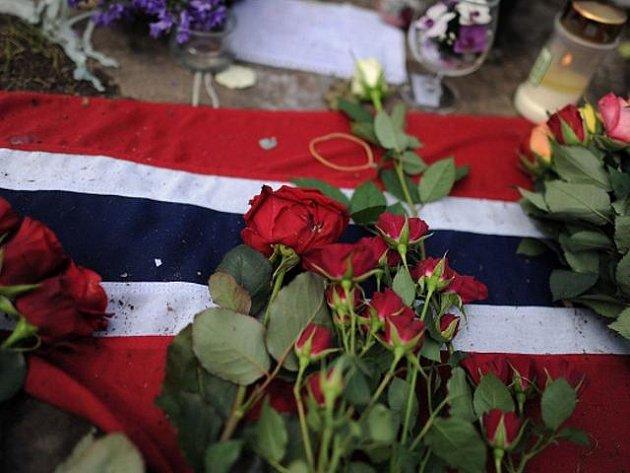 Na ostrov Utöya se v sobotu 20. srpna 2011 vydali ti, kdo přežili tamní masakr z 22. července, jejich rodiny, příbuzní a známí, dohromady asi 1000 osob. Doprovázeli je zdravotníci, policisté i psychologové, aby lidé byli s to čelit bolestným vzpomínkám.