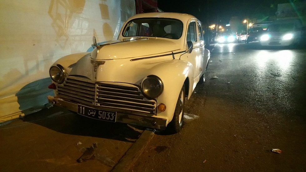 Starý Peugeot v ulicích Tozeuru.