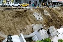 Pobřeží Ekvádoru, který se vzpamatovává ze sobotního zemětřesení, postihl dnes další záchvěv půdy.
