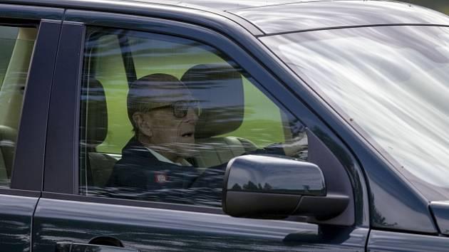 Princ Philip po nehodě znovu řídil. Za volant usedl nepřipoutaný, byl pokárán