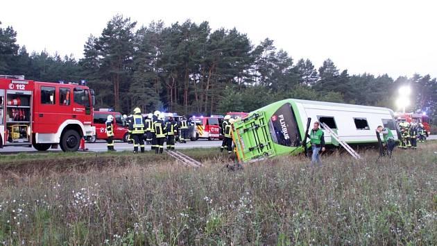 Autobus sjel ze silnice u města Wöbbelin nedaleko Hamburku ze silnice a převrátil se na bok.