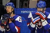 Richard Zedník (vlevo) a Marcel Hossa po prohraném utkání s Finskem ve Vancouveru.