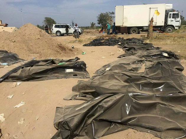 Kurdští bojovníci našli východně od severoiráckého Sindžáru masový hrob jezídů, v němž je uloženo víc než sedmdesát těl.