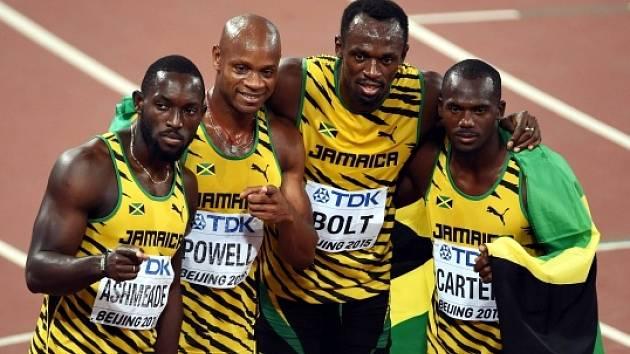 Usain Bolt a další členové vítězné štafety