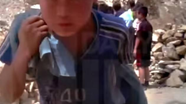 List The Daily Mirror uvedl, že videozáznamy pořídili členové sítě odvážných informátorů skrytými kamerami v průběhu letošního roku na severu KLDR v provinciích Janggangdo a Čagangdo, kde se staví dlouhá vlaková trať.