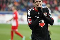 Ajaj! Obránce Sebastian Boenisch z Leverkusenu je v rozpacích: jeho tým padl ve Freiburgu 2:3 a na vedoucí Bayern ztrácí 10 bodů.