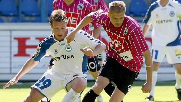 Liberecký Dort (v bílém) bojuje o míč s Hílkem z Českých Budějovic.