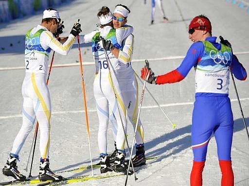 Lukáš Bauer (vpravo) ve skiatlonu nestačil na výbornou taktiku Švédů, z vítězství se radoval Marcus Hellner (vlevo).