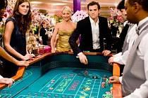 ŠŤASTNÍ VÝHERCI? Aby si mohli Joy (Cameron Diazová) a Jack (Ashton Kutcher) rozdělit jackpot ve výši tří milionů dolarů, musejí spolu žít šest měsíců jako manželé.