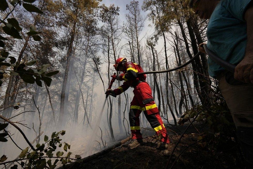 Slovenský hasič zasahuje u lesního požáru 10. srpna 2021 na řeckém ostrově Euboia