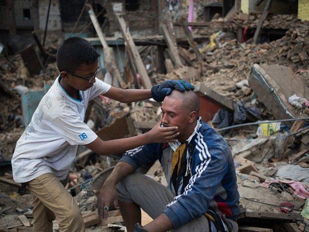 Počet obětí zemětřesení z minulého víkendu v Nepálu už překročil 7000.