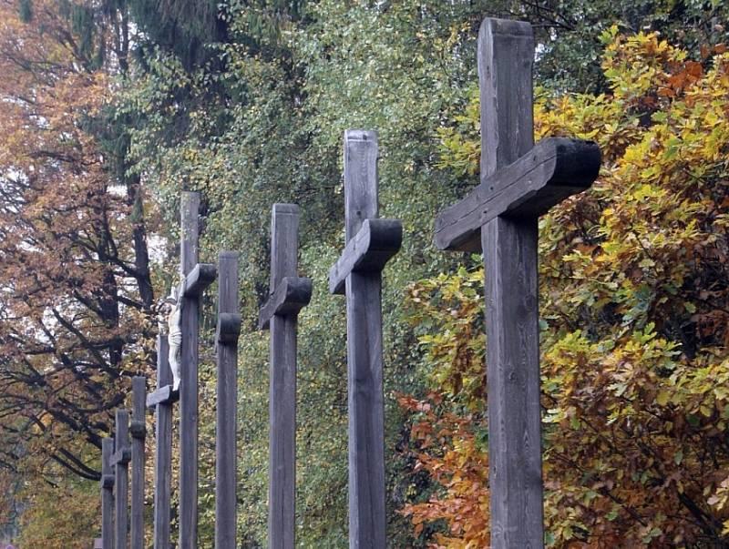 Lokalita dostala název podle devíti dřevěných křížů, podle pověsti vztyčených na místě, kde v roce 1540 údajně došlo k masakru svatebního průvodu.