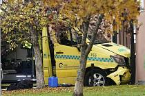 Ukradená sanitka v Oslu - Sanitka, kterou ukradl ozbrojený muž a srazil s ní několik lidí, po nárazu do budovy v Oslu.