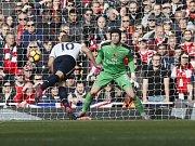 Petr Čech inkasoval proti Tottenhamu pouze z penalty. Tady si na něj Harry Kane nepřišel.