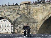 Tomáš Berdych (vlevo) a Roger Federer propagují na lodi u Karlova mostu Laver Cup.