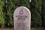 První památník na místě vypálené českolipské synagogy vznikl v roce 1948.